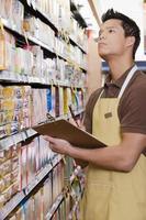 verkoopassistent die een inventarisatie doet foto