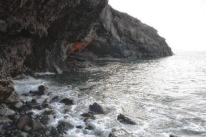 rotsachtig strand bij zonsopgang - playa blanca lanzarote foto