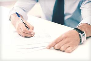 zakenman controleert definitieve prijs in contract foto