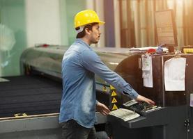 machine-operator werken in de fabriek