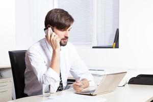 zakenman sprekende telefoon