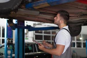 het controleren van een autochassis foto