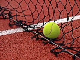 tennisbal en net foto