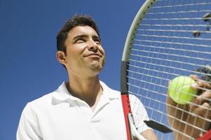 tennisser op het punt om te dienen