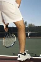 tennisser wachten op serveren