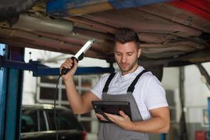 inspectie van een autochassis foto