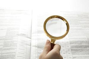 werknemer onderzoekt een vergrootglas tekst foto