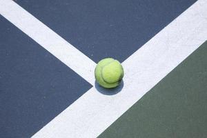 bal op een tennisbaan foto