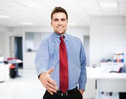 zakenman die een handdruk geeft