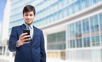 zakenman die zijn smartphone gebruiken foto