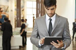 zakenman werken op de digitale tablet foto