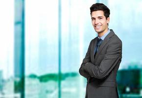 jonge manager in zijn kantoor foto