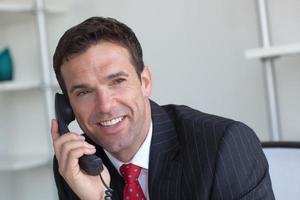 zakenman op telefoon foto