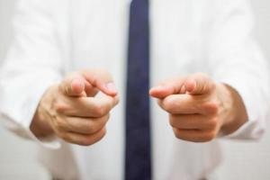 zakenman die met vingers aan u richt foto