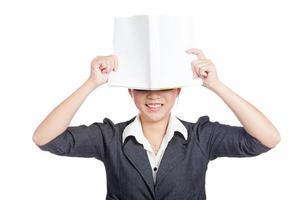 Aziatische zakenvrouw sluit haar ogen met een boek foto
