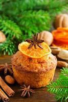 pompoen en wortel muffins op nieuwjaarstafel. foto