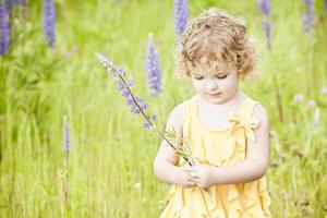 mooi meisje permanent in veld. foto