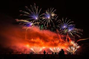 kleurrijk vuurwerk over de nachtelijke hemel foto