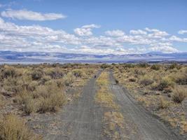 op een verlaten woestijnweg foto