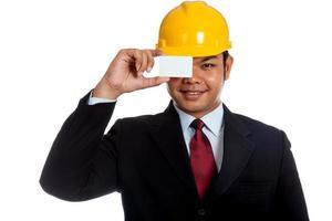 Aziatische ingenieur man sluit zijn oog met een blanco kaart foto