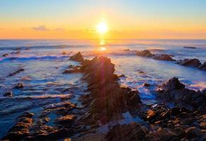 prachtige zonsopgang boven krijt sedimentair gesteente kustlijn foto