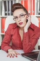 zakenvrouw met behulp van mobiele telefoon en werken foto