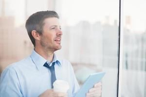 zakenman die beschikbare kop en tablet houdt foto