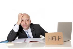 kale Latijns-zakenman overwerkt met een help-teken