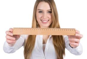 jonge vrouw toont een liniaal foto