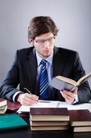advocaat werkzaam in zijn kantoor foto
