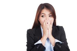 jonge Aziatische zakenvrouw geschokt blik weg foto