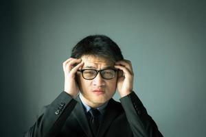 zakenman met stress en hoofd houden foto