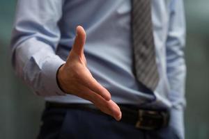 zakenman hand te schudden uit te breiden foto
