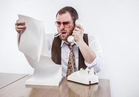 vintage domme zakenman kijken naar papieren en praten over de telefoon