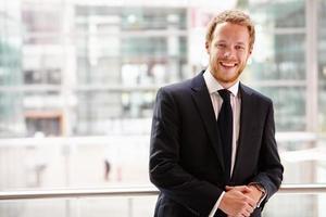 portret van een jonge zakenman, taille omhoog foto