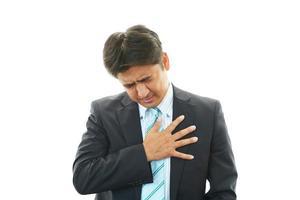 man met pijn op de borst foto