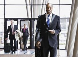 zakenman met werkmap en paspoort foto