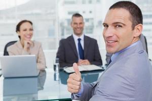 sollicitant geeft duim op na het verkrijgen van de baan foto