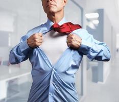 superheld. volwassen zakenman scheuren zijn shirt uit op kantoor achtergrond foto