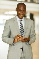 zakenman met behulp van slimme telefoon op kantoor foto