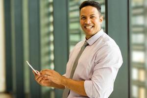 zakenman van middelbare leeftijd met behulp van slimme telefoon foto