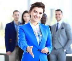 vrouw met een open hand klaar om een deal te sluiten foto