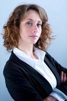 geïsoleerd portret van een mooie jonge uitvoerende vrouw foto