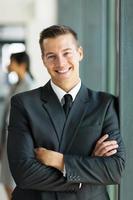 zakenman met armen gevouwen foto