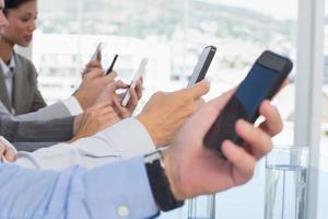 zakelijke team met behulp van hun mobiele telefoon foto