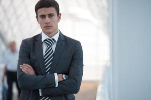 zakenman staande armen gekruist foto