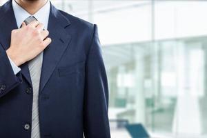 zakenman zijn stropdas aanpassen