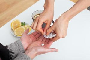 medicijnen geven aan een patiënt foto