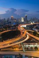 schemering stad verhoogde uitgewisselde skyline
