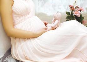 zwangerschap, moederschap en een gelukkig toekomstig moederconcept - inschrijving p foto